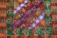 Fragment des bunten Retro- Tapisserietextilmusters mit der Blumenverzierung nützlich als Hintergrund Stockfoto