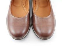 Fragment des chaussures brunes de dame Images stock