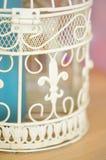 Fragment des dekorativen weißen Käfigs für Vögel Stockfoto