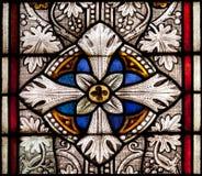 Fragment des farbigen dekorativen Glases des Fensters der Kirche Lizenzfreie Stockfotos