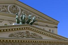Fragment des Fronton des großen Theaters Moskaus mit einem Quadriga von Apollos und einem zwei-köpfigen Adler an einem sonnigen T Lizenzfreies Stockbild