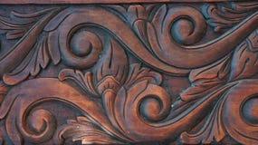 Fragment des Holzes schnitzend auf der Tür Stockfotografie