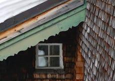 Fragment des Holzhauses mit Fliesenwänden, Fenster und Dach lizenzfreie stockfotos