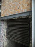 Fragment des Innenraums eines alten Warmwasserboilers Stockfotos