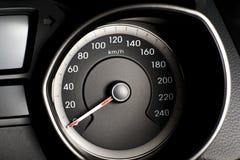 Fragment des Instrumentenbrettes des Autogeschwindigkeitsmessers, Tachometer mit Stockfotos