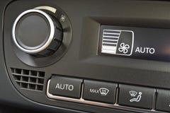 Fragment des Klimaanlagenbedienfelds in einer modernen Autonahaufnahme Lizenzfreie Stockfotografie