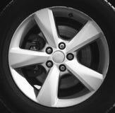 Fragment des Luxusautos mit Rad auf Stahllamelle, Nahaufnahmefoto Lizenzfreie Stockbilder