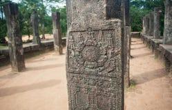 Fragment des modèles sur les colonnes en pierre du 11ème siècle de Polonnaruwa, Sri Lanka Site de patrimoine mondial de l'UNESCO Image libre de droits