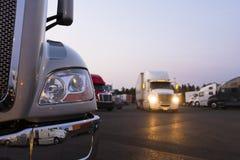 Fragment des modernen halb LKWs auf Fernfahrerrastplatz mit Lichtern stockfotos