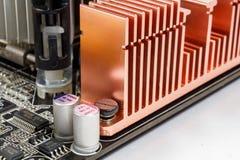 Fragment des Motherboards mit dem Kühlsystemheizkörper und den elektronischen Bauelementen Stockbild