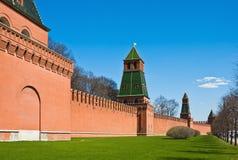 Fragment des murs de briques et tours de Moscou Kremlin Photo stock