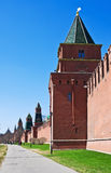 Fragment des murs de briques et tours de Moscou Kremlin Photographie stock libre de droits