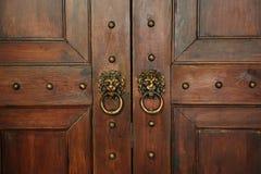 Fragment des portes en bois avec des poignées Images stock