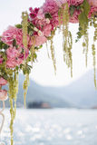 Fragment des rosa Hochzeitsbogens stockfotos