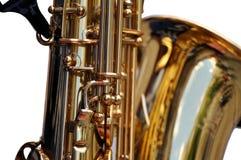 Fragment des Saxophons auf weißem Hintergrund Lizenzfreie Stockfotos