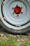 Fragment des schmutzigen rostigen alten Traktorrades Lizenzfreie Stockbilder