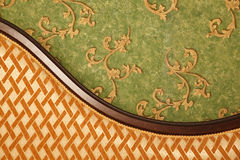 Fragment des Sofas gegen grüne Wand Stockfotografie