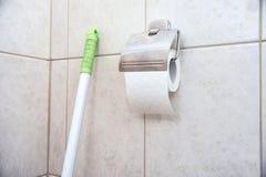 Fragment des Toilettenraumes mit einer Rolle des Toilettenpapiers Lizenzfreies Stockbild