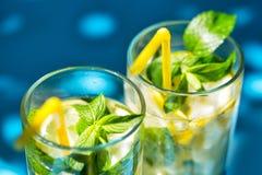 Fragment des verres de limonade sur le fond bleu photos stock