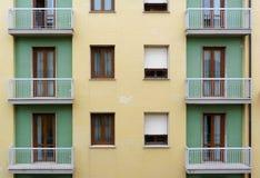 Fragment du bâtiment carrelé jaune et vert de façade avec des balcons photos libres de droits