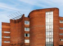 Fragment du bâtiment soviétique de brutalist de modernisme dans le saint-Petersb photographie stock libre de droits