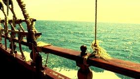 Fragment du côté du yacht qui flotte par la mer pendant l'aube banque de vidéos