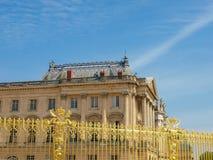 Fragment du palais de Versailles à travers la barrière de dorure, franc Photo libre de droits