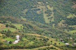Fragment du terrain montagneux dans les Carpathiens, Ukraine La forêt est pardonnée par les soulagements des montagnes carpathien images libres de droits