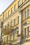 Fragment du vieux bâtiment jaune avec des balcons image libre de droits