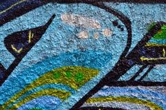 Fragment einer alten Wand mit bunter Graffitimalerei stockfoto