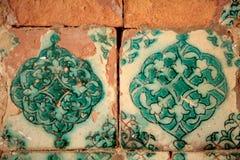 Fragment einer alten Wand mit einer Steinfliese Stockbild