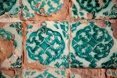 Fragment einer alten Wand mit einer Steinfliese Lizenzfreie Stockfotografie