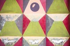 Fragment einer Fantasie malte konkreten Zaun mit geometrischem Muster Lizenzfreie Stockfotos