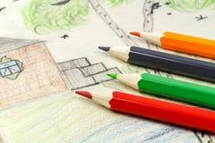 Fragment einer Kind-` s Zeichnung mit farbigen Bleistiften Lizenzfreies Stockbild