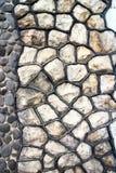 Fragment einer modernen handgemachten Steinwand als Hintergründe. Lizenzfreies Stockfoto