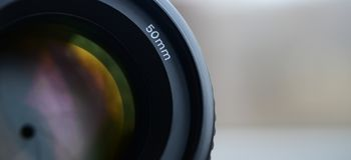Fragment einer Porträtlinse für eine moderne SLR-Kamera Eine Fotografie einer Breitöffnungslinse mit einer Brennweite 50mm Lizenzfreie Stockfotografie