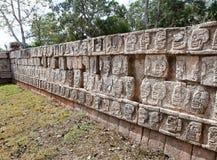 Fragment einer Wand einer Pyramide mit einer alten Verzierung. Chichen Itza.Mexiko Stockbild