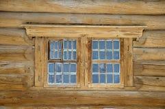 Fragment eines alten hölzernen Hauses Lizenzfreie Stockbilder