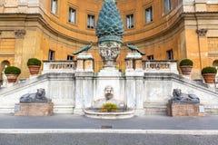 Fragment eines alten römischen Bronzebrunnens Stockfoto
