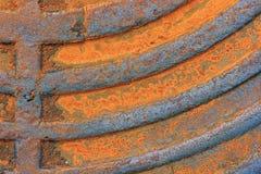 Fragment eines alten rostigen Kanaldeckels nahaufnahme Stockfotos