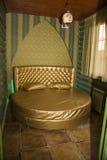 Fragment eines Betts mit weißer Kissen-, nightstand- und Wandlampe Lizenzfreie Stockbilder
