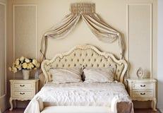 Fragment eines Betts mit weißer Kissen-, nightstand- und Wandlampe Lizenzfreies Stockbild