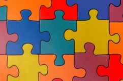 Fragment eines Bodens in einem Kinderspielraum von den mehrfarbigen Puzzlespielen stockbild
