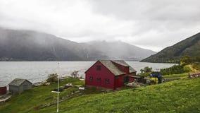 Fragment eines Fischerdorfes auf der Bank von einem schönen Fjord an einem nebeligen Morgen, Norwegen lizenzfreie stockfotos