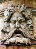 Fragment eines Flachreliefs des alten Eisenbrunnens im Park Stockfoto