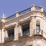 Fragment eines Gebäudes mit Fenstern und Balkone von altem Jerusalem Stockbilder