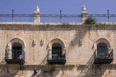 Fragment eines Gebäudes mit Fenstern und Balkone von altem Jerusalem Lizenzfreie Stockfotografie