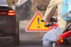 Fragment eines Mannes auf einem Motorrad auf der Straße im Verkehr stockfotos