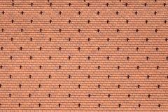 Fragment eines mit Ziegeln gedeckten Dachs eines Altbaus in Wien lizenzfreies stockbild