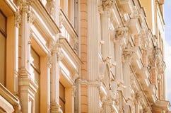 Fragment eines schönen Altbaus in der Straße von Moskau stockbild